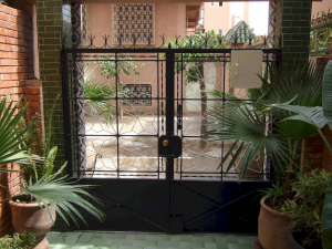 Metal gate with latch