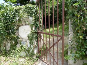 Small metal gate